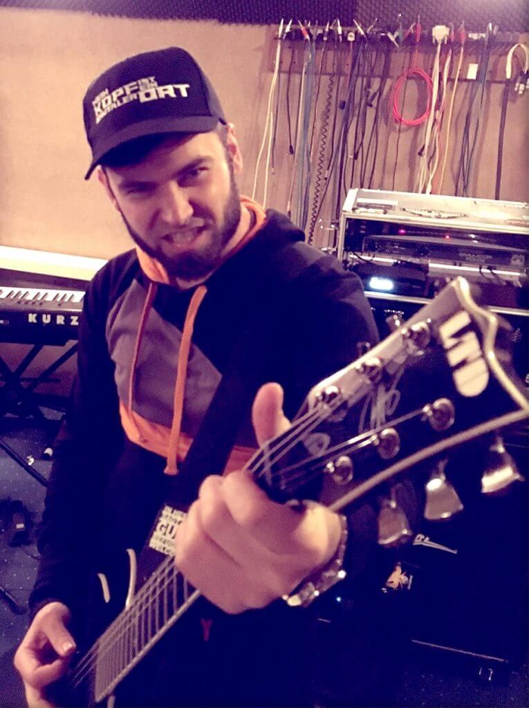 MKIEBO Gitarrist mit Cap