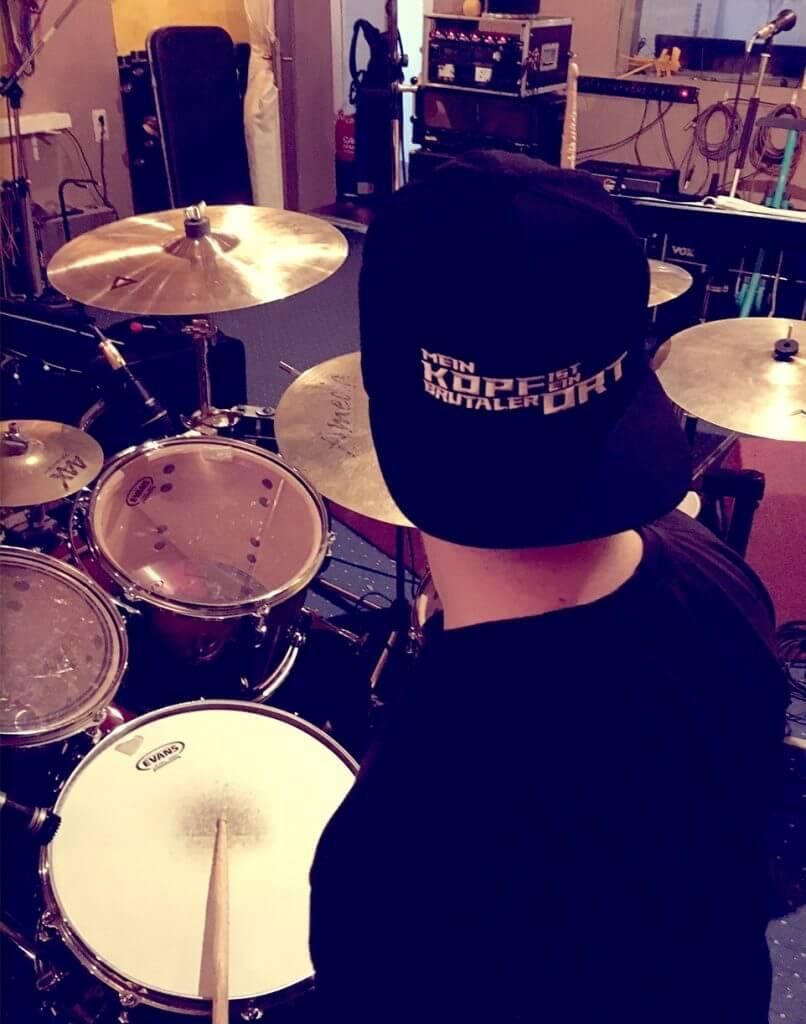 MKIEBO Drummer mit Cap