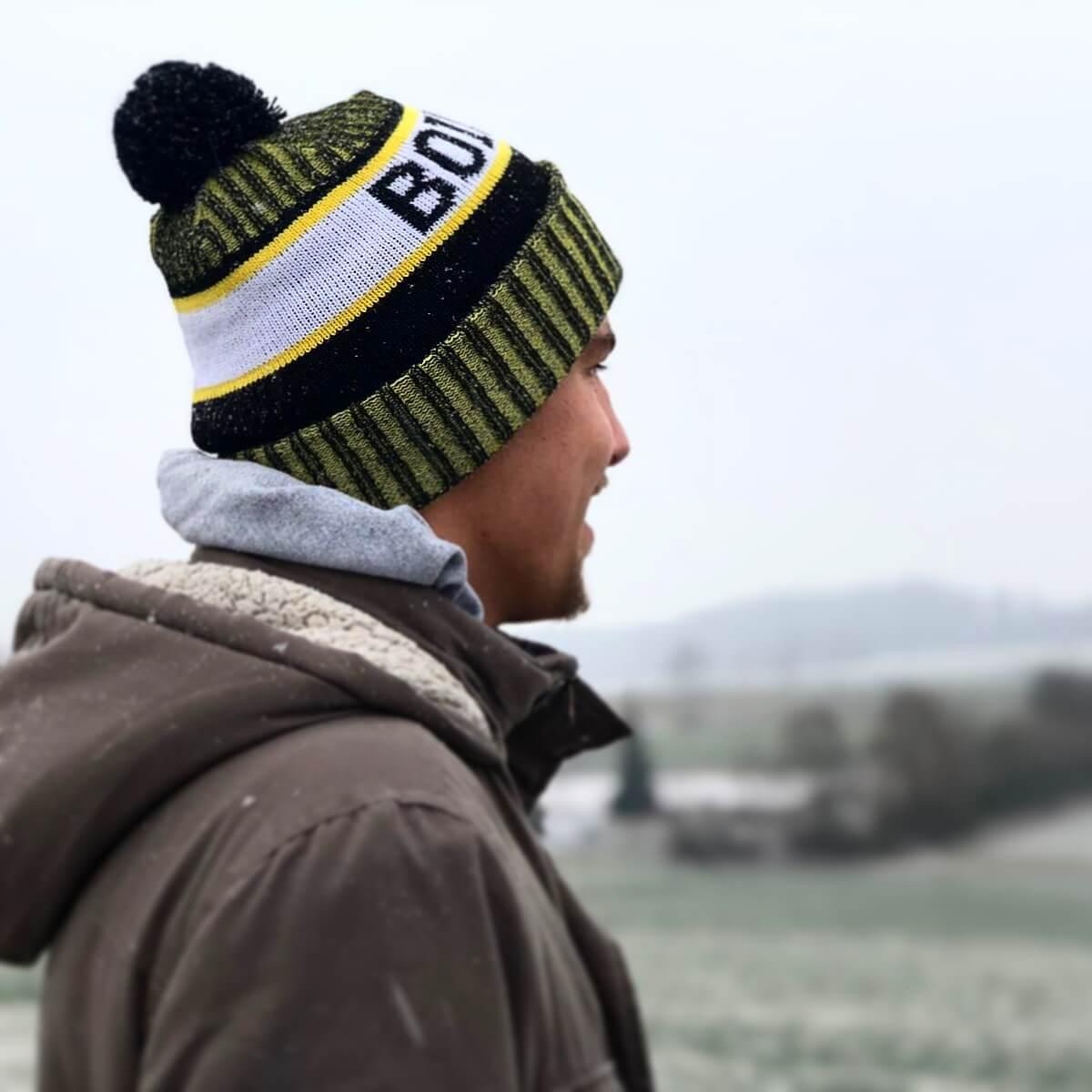 Mützen für Fußballclub in Vereinsfarben: <br>Boys aus Boiding tragen Bommelmützen