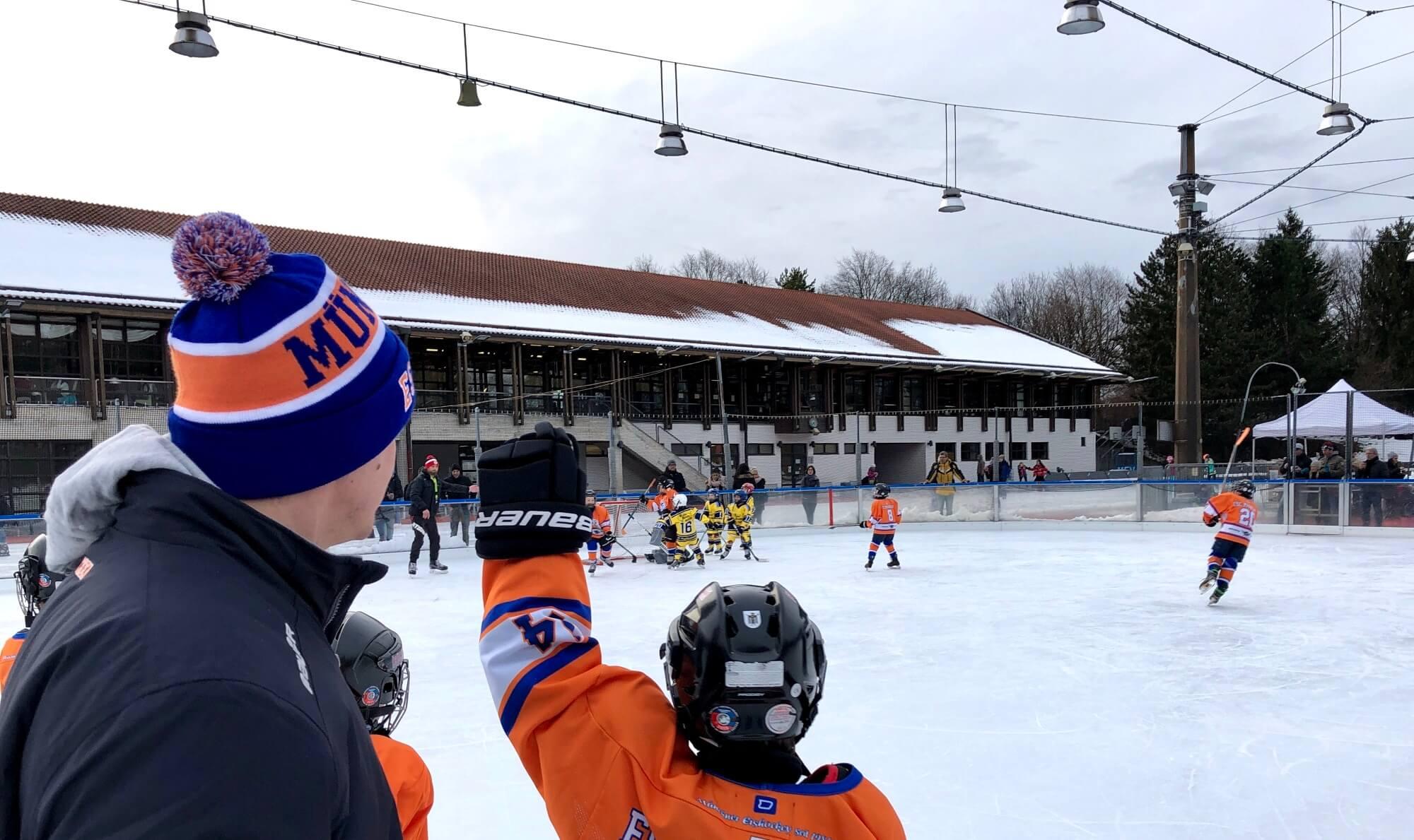 Mützen in Vereinsfarben <br>Eishockey-Kleinstschüler des ESC München