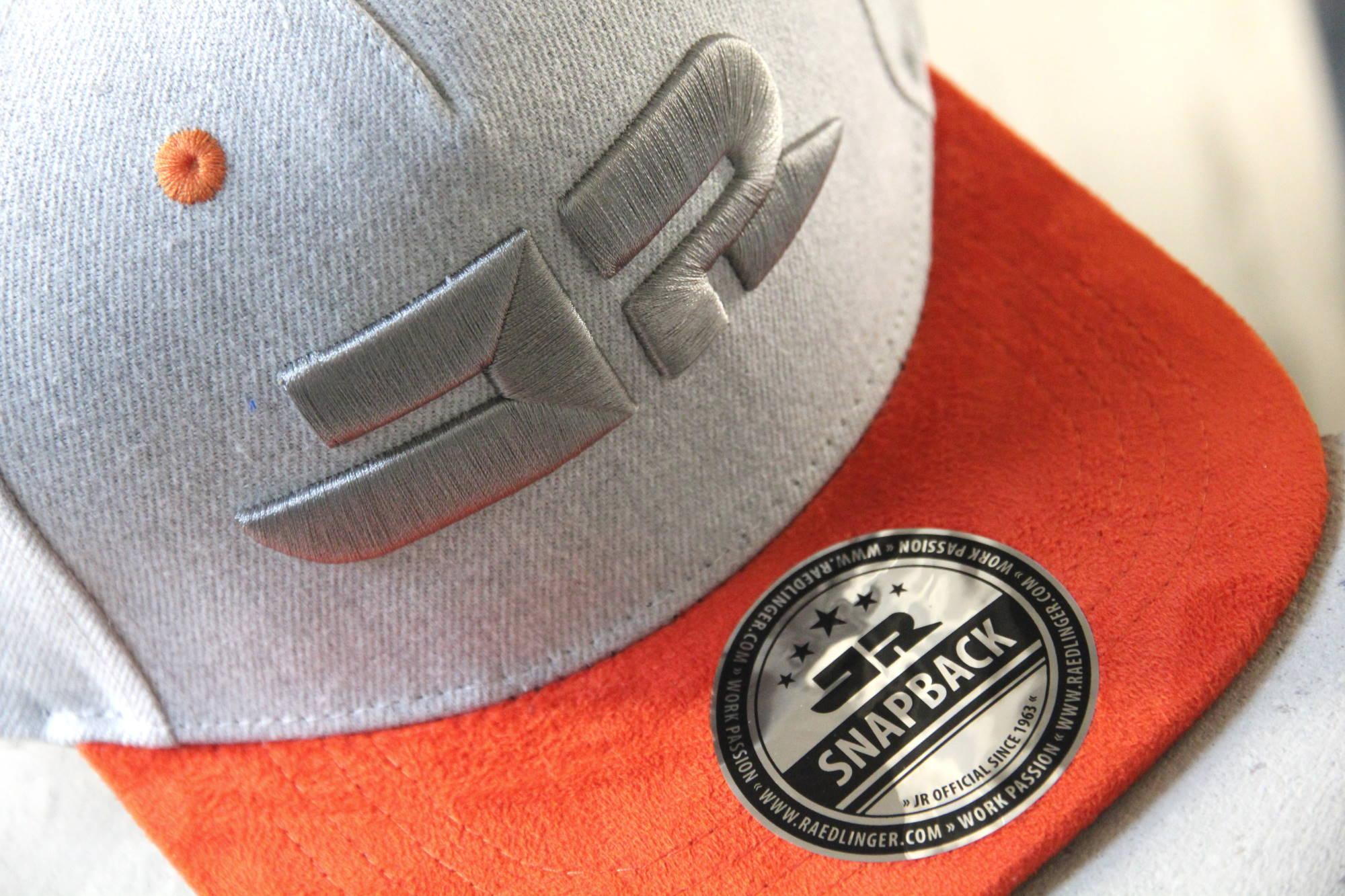 Snapback-Cap mit 3D-Bestickung und individuellem Sticker